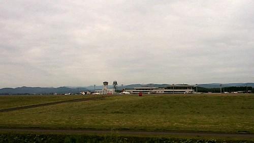 旭川空港ビル対面ポイントなう。10早着、優先で預け入れ荷物取って、一番でレンタカー借りて、一番近い定番ポイントで、離陸2便、着陸1便。元々ない腕が鈍りすぎ。天気もどんより曇り空。テンション上がらんわー