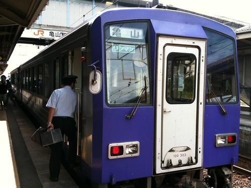 柘植〜亀山の関西本線超ローカル区間なんて、ほんと久しぶり!電車は新しかったが、こんなローカル線用の電車もロングシートになっていて、ちょっと興醒め。