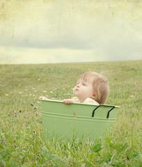 [フリー画像] [人物写真] [子供ポートレイト] [外国の子供] [赤ちゃん] [見上げる] [草原の風景]     [フリー素材]