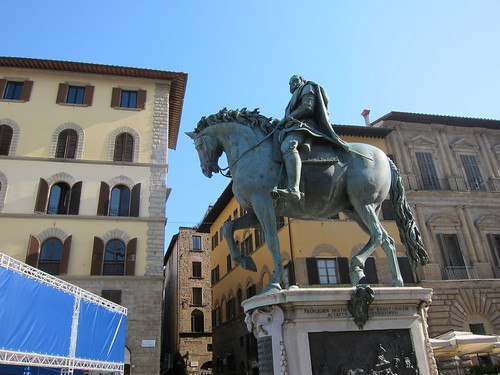 Cosimo Medici on a horse charging our apt. (3rd floor up - two corner windows) overlooking Palazzo  Vecchio (town hall)