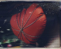 chained heart (rosa_rusa) Tags: madrid spain fuencarral withoutlove chainedheart rosarusa corazonencadenado fornotlovers ihatevalentinecomercialday odioeldiadesanvalentin antivalentinissue corazonangustiado