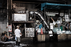 A man and his machine (Kim Erlandsen) Tags: fish tokyo market machine tsukiji icecubes tsukijifishmarket fishmarked