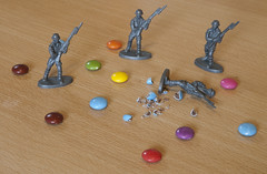Champs de mines / Landmines (Henry [6*3=?]) Tags: toy toys soldiers toysoldiers plastique jouets petitssoldats petitsoldatenplastique petitssoldatsenplastique