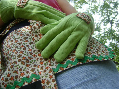 vintage apron-with gloves 007