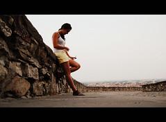 La espera (FerLinyera1) Tags: espera esperar persona mujer cielo pared bergamo italia italy piedra 6retos6