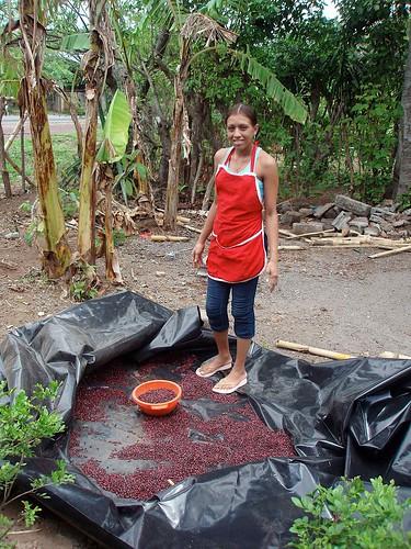 Pretty girl drying red beans - Muchacha bonita secando frijoles rojos; cerca de Nandaime, Granada, Nicaragua