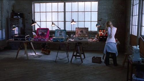 "Fragment z filmu """"White oleander"", biały oleander, scena z walizkami, ostatnia scena"