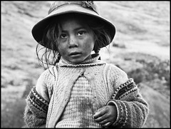 L'enfant - Lares Valley, Prou (Gwen Lafage) Tags: voyage peru girl flickr valley lares perou artinbw
