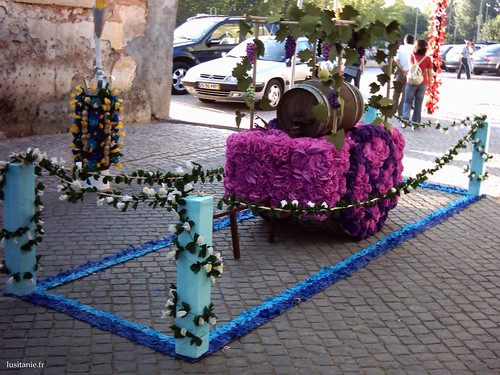 La charette décorée de fleurs, avec un tonneau, symbole de prospérité