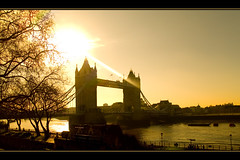 Tower bridge (_Zahira_) Tags: bridge light orange sun london luz sol yellow backlight sunrise contraluz puente lafotodelasemana amanecer amarillo nd londres naranja 100vistas interestingness163 i500 p1f1 ltytrx5 ltytr1