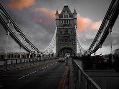 Sur le Tower Bridge (Candice BostYn PhotographY) Tags: road uk bridge london towerbridge unitedkingdom route ciel londres pont angleterre nuages royaumeuni lightiq