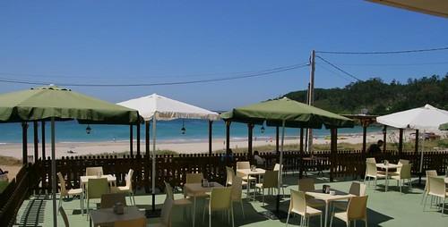 Vista del restaurante con la Playa de Canelas al fondo