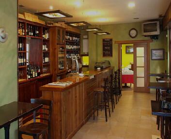 Entrada al restaurante: vista de la barra y comedor al fondo