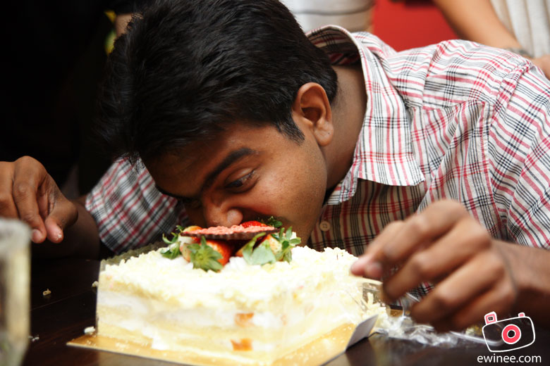 Ole-Ole-Vignesh-attacking-the-cake by ewinee
