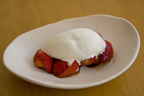 苺バルサミコ酢和え、ヴァニラアイスクリーム