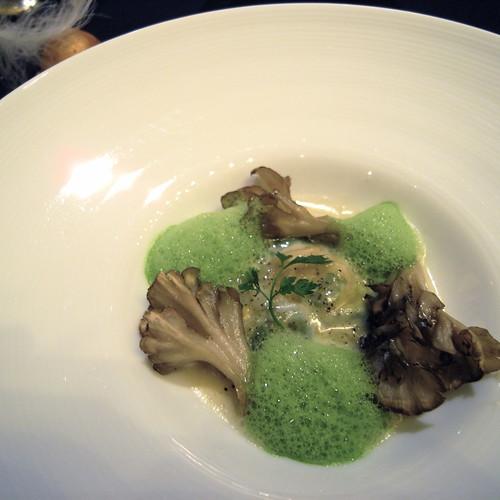 卵 卵黄のみをほうれん草とともにラヴィオリにし、茨城県産舞茸をそえて