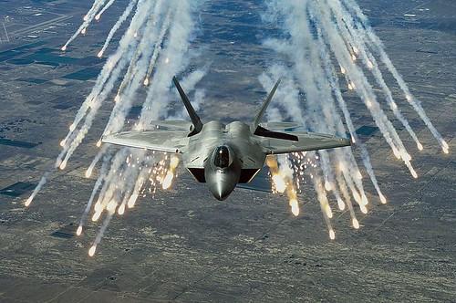 F-22 lanzando bengalas