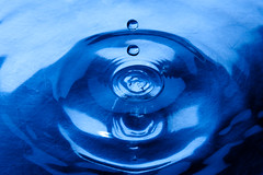 Bouncing water (Victor van Dijk (Thanks for 4M views!)) Tags: bounce water drop druppel strobist blue blauw waves singintheblues canonef24105mmf4lisusm victormk1 wwwvictorvandijkcom canon fav fava faved favorite