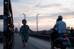 Sunset on Long Bien bridge (Mitch0201) Tags: bridge child pont longbien songhong fleuverouge pauldoumer