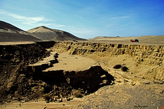 la faglia di nasca (mat56.) Tags: road sky truck landscapes sand strada desert perù camion cielo fault earthquakes paesaggi nazca deserto sabbia nasca terremoto faglia mat56