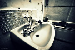 (andrewlee1967) Tags: uk bathroom sink colgate toothbrush washbasin sigma1020mm andrewlee canon400d andrewlee1967