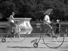 De volta ao passado (Claudio Arriens) Tags: bw brasil cycling portoalegre redenção parquefarroupilha bicicleta pb bn canoneosrebelxt ciclistas canonef28135mmf3545isusm victoriancycling eravitoriana