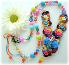 O arco íris e a matrioska (Lidia Luz) Tags: flower necklace beads handmade crochet flor jewelry bijoux bijuteria colar matrioska matrioshka bijouteria crochê babushska lidialuz