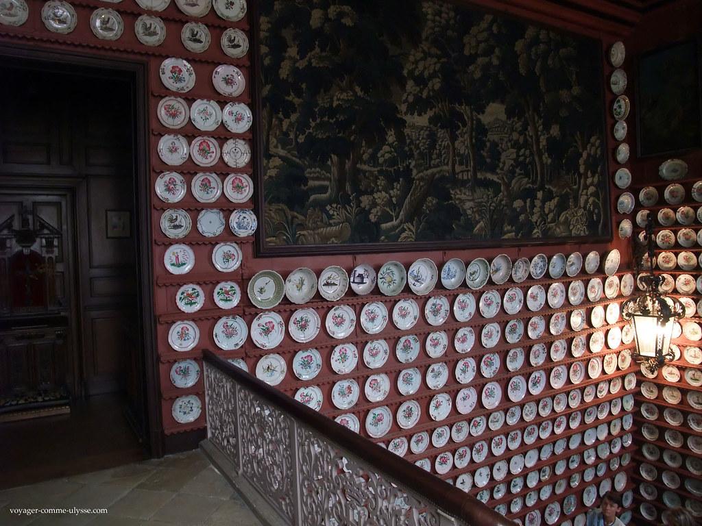 La fameuse collection de faïences, et une superbe tapisserie des Gobelins
