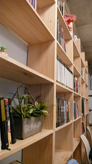 한쪽 벽에 커다란 책장