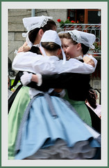 tourne (skol-louarn) Tags: france 22 brittany europe traditions bretagne danse breizh explore enfant headdresses ctesdarmor guingamp coiffe gwengamp trgor aodoanarvor traditionalcostumes coiffes argoat folkcostumes costumestraditionnels bugalebreizh nanfdfrancebrittany cercledenortsurerdre