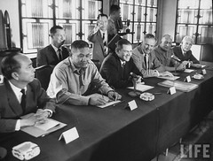 12-1963 Van Minh Duong (2L), Henry Cobot Lodge Jr. (3R), and Robert McNamara (3L). par VIETNAM History in Pictures (1962-1963)