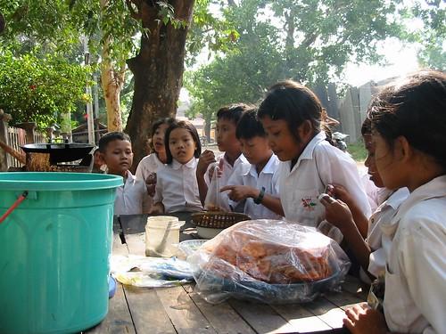 Naschoolse activiteit: gepaneerde krab en garnalen eten