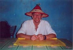 Een Malinese hoed uitproberen