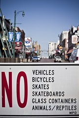 Sign (01) - 18Jun09, Memphis (USA) (]) Tags: street glass animals sign word dof memphis no bicycles container vehicles animaux skateboards rue pancarte panneau skates forbiden reptiles verre vlos interdit conteneur glasscontainers vhicules conteneursverre interditcion