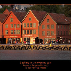 Bathing in the evening sun - Bryggen, Bergen (Norway) (Papafrezzo,  2007-2012 by www.papafrezzo.com) Tags: wood red orange white yellow norway architecture facade geotagged norge nikon europe waterfront decoration nederland landmark front historic unesco worldheritagesite german wharf bergen scandinavia unicorn kontor bryggen hordaland worldheritage vgen hanse 1702 hanseatic thewharf historicbuildings julehuset stagshead patrimoniomundial hanze hanseaticleague d80 patrimoinemondial tyskebryggen 70300mmf4556gvr 70300vr nikkor70300mmvr nikon70300vr nikkor70300mmf4556gifedafsvr nikkorafs70300vr nikkor70300mmf4556gifedafsvrzoom knutskurtveit leuropepittoresque bryggensjmat ginordicfeb12