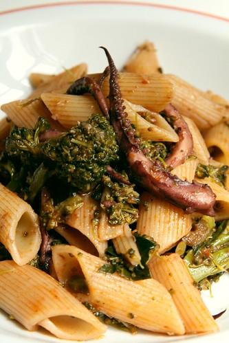 Plato de pasta con brócoli y tentáculos de calamar