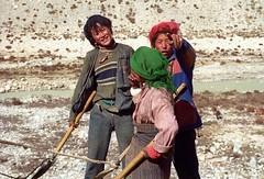 Rongbuk,Roadworkers (reurinkjan) Tags: 2002 nikon tibet everest rongbuk tingri jomolangma janreurink བོད། བོད་ལྗོངས།