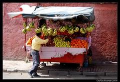 Marrakech (_Bruster_) Tags: africa city light red people color luz banana platano fruta morocco maroc marrakech souk medina derb movimento marruecos naranja cor kiosko marroco d60