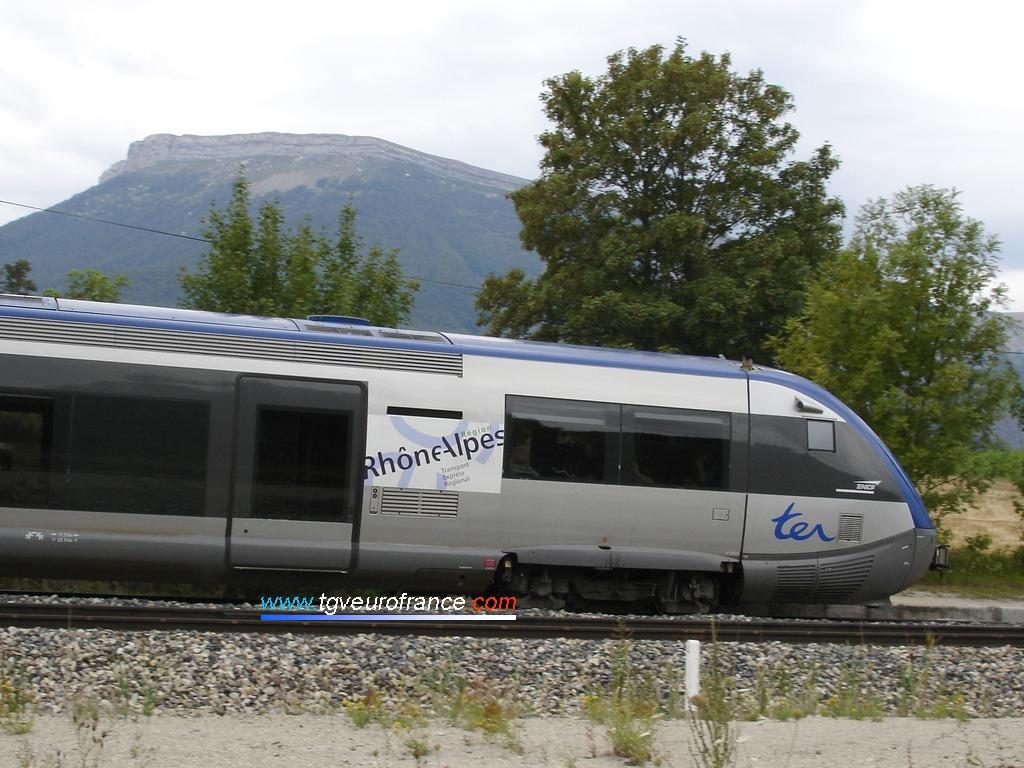 L'automoteur thermique ATER X 73802 de la SNCF arborant le logo de la Région Rhône-Alpes