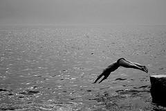 Down By The Water (Donato Buccella / sibemolle) Tags: sea blackandwhite bw me plongeon jump mare liguria manarola pjharvey tuffo 5terre vogliadimare canon400d buonweekendatutti sibemolle ilprimotuffodellestate bymysoon