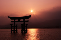 Everybody has his sun's ray. For hakahonu and Antoine ! (aliberrada) Tags: ocean sunset sun mer mountains reflection japan temple soleil shrine hiroshima miyajima reflet  rays tori japon  rayons itsukushima  ife canon500d aplusphoto platinumheartaward imfromearth