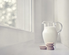 Morning / Reggel (Zitaaa) Tags: window milk bokeh jug biscuits nikond90 zitaaa