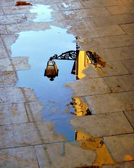 un charco y una farola (guzmania*) Tags: street blue reflection water yellow azul reflections puddle calle agua farola streetlamp pavement amarillo reflejo reflexions pavimento charco creativephoto goldcollection artlegacy discoveryphotos platinumpeaceaward mtrtrophyshot award09reflections bestofblinkwinners blinkagainsuperstars blinksuperstars