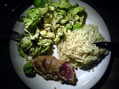 Salat, tun og nudler