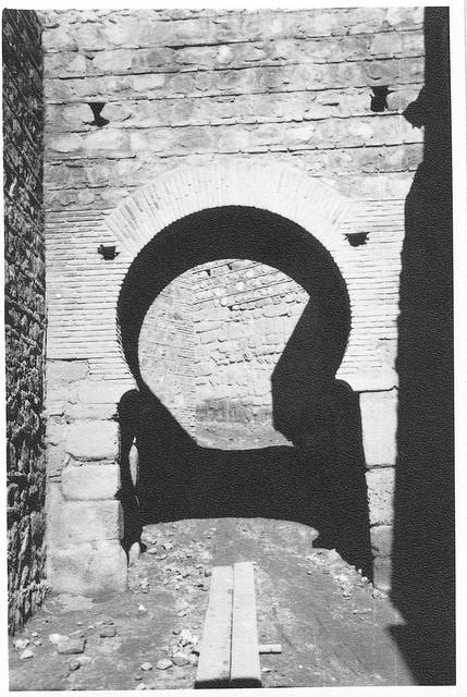 Restauración del interior de la puerta de Alcántara en febrero de 1963. Fotografía de Eduardo Butragueño Bueno