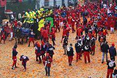 Ivrea Carnival, Orange fight (-LucaM- Photography WWW.LUCAMOGLIA.IT) Tags: carnival luca di carnaval piazza tradition 2008 piedmont 2009 ivrea storico divrea nobili tappeto picche moglia carnvale aranceri lucamogliait darance