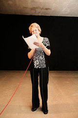 Giuliana Piermarini mentre legge la sua poesia