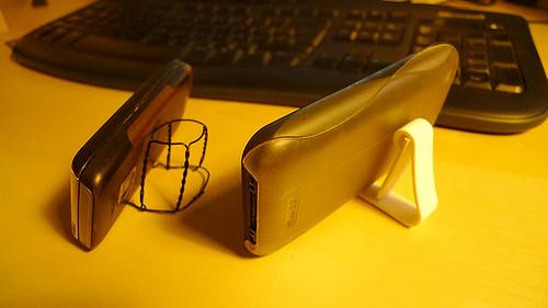 el iphone y un movil usando soportes hechos en casa