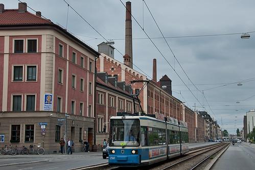 Wagen 2161 an der Holzapfelstraße mit Ziel »Max-Weber-Platz« vor der ältesten Brauerei Münchens.