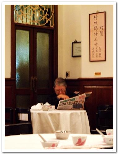悠閒地喝茶看報的老先生